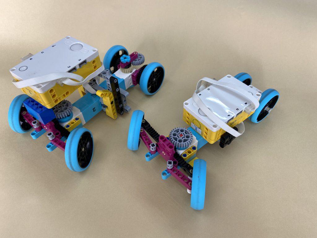自動車のような機構で前輪をモーターで左右に動かせます